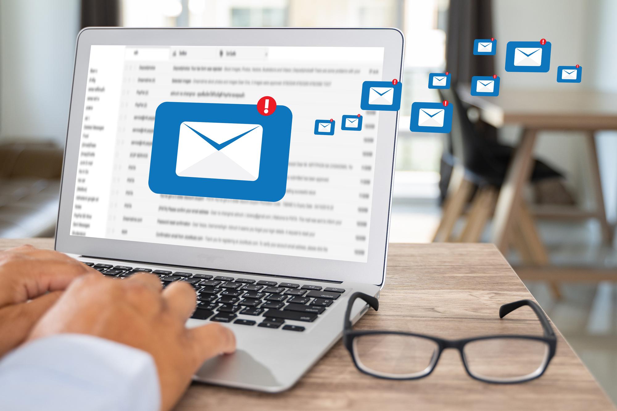 安否確認メールの例文紹介!社内・社外に送る内容とポイントを解説